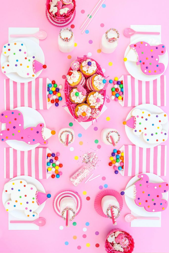 Circus Animal Cookies party table - 6 place setting